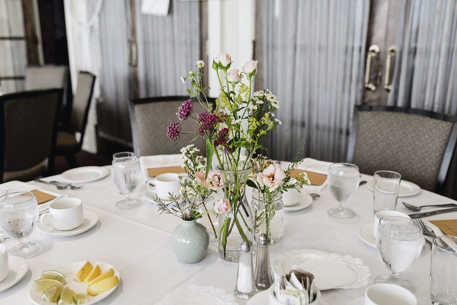 Wildflower table centerpiece | A wild + boho baby shower with pastel colours + rustic details