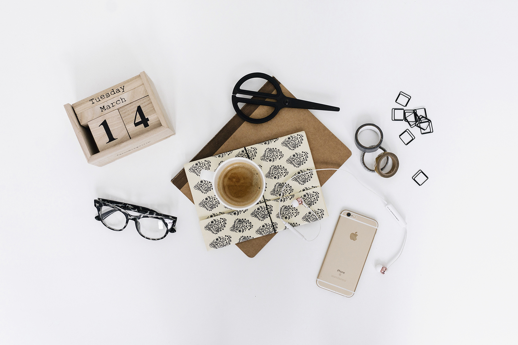 Work flatlay | How to start and grow a successful lifestyle blog in 10 steps | Happy Grey Lucky