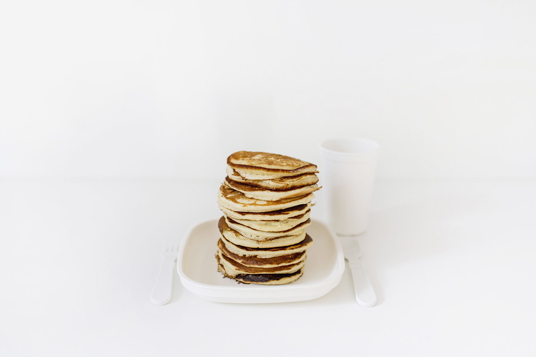 Fluffy pancakes recipe | Re-play kids plates in white