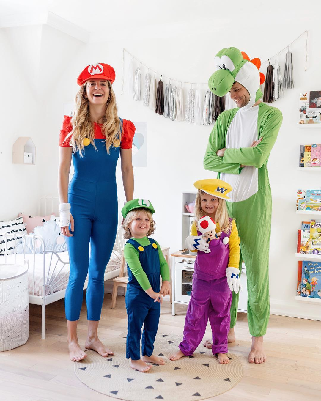 Family Of 4 Halloween Costumes 2019.15 Fun Family Halloween Costume Ideas Happy Grey Lucky